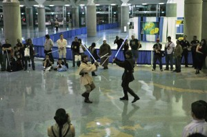Des fans de Star Wars rejouant un combat au sabre laser (Photo licence CC: Official star Wars Blog)