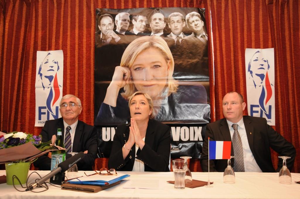 Marine Le Pen et le candidat à la mairie de Toulouse, Serge Laroze (à droite), prient pour que les municipales soient une réussite.(Crédit photo : Lucas Burel)