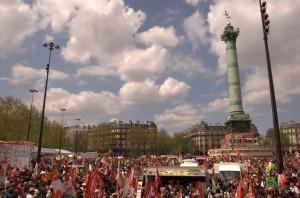 """La place de la Bastille """"rouge"""" de monde."""