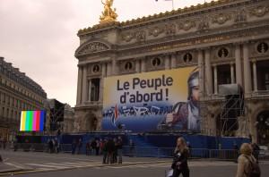 L'imposante estrade installée par le FN devant l'opéra Garnier