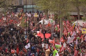 La foule était dense à l'angle de la rue de Lyon et de l'avenue de Daumesnil.