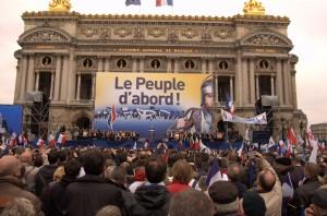 """Le FN aime, parti anti-système """"proche du peuple"""", aime manifester en toute simplicité."""