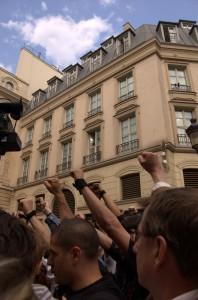 Poings lévés, la foule a montré sa détermination.