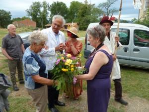 Yvette, une nouvelle reine, est une ancienne habitante du hameau.