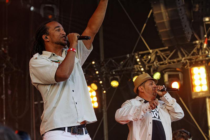 Les deux chanteurs de Dub Inc en concert lors de la fête de l'Humanité 2012 (Photo : THesupermat / Licence CC)