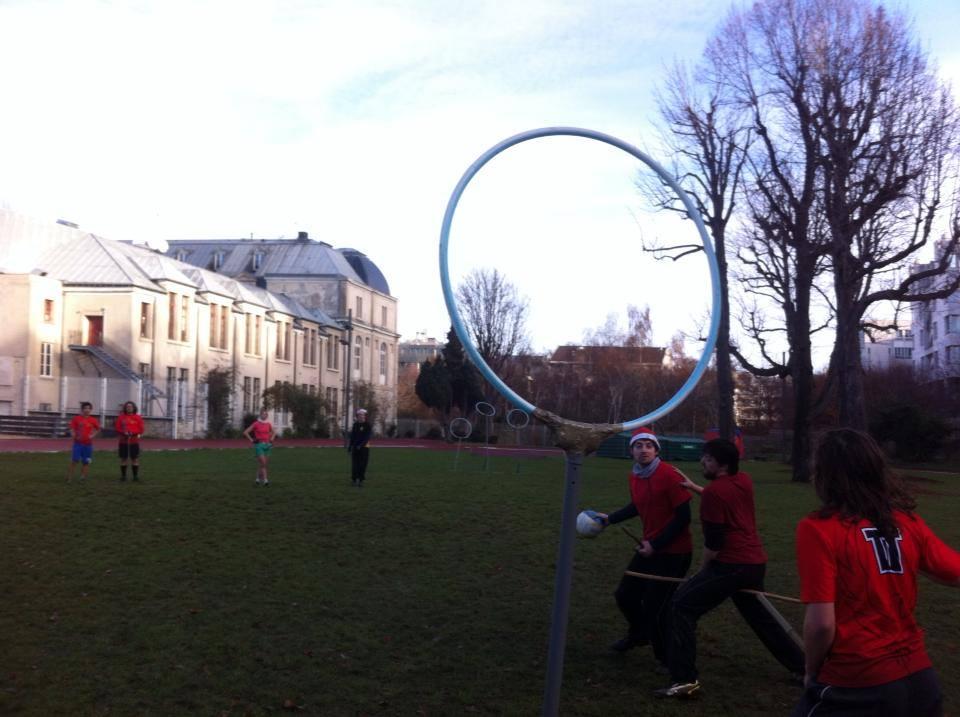 Le but est de faire passer le ballon dans l'un des trois cerceaux – Crédits photos Paris Phoenix Quidditch ©