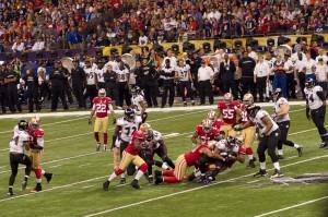 L'équipe de Baltimore contre celle de San Francisco lors de la finale du Super Bowl XLVII.Crédit : wikimédia Au Kirk