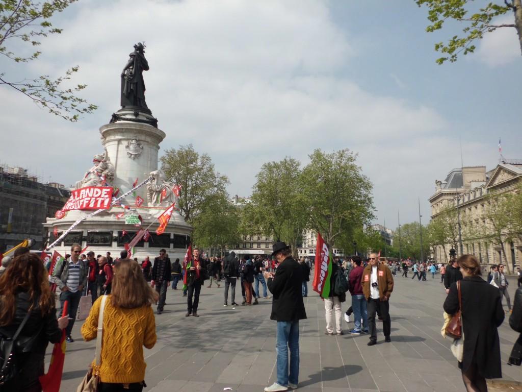 Il n'y avait pas grand monde sur la place de la République à 13h30