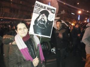 Muriele Prat, avec la Une de Charlie Hebdo