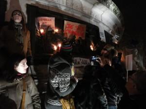 Au pied du monument de la place de la République, des affiches et des bougies.