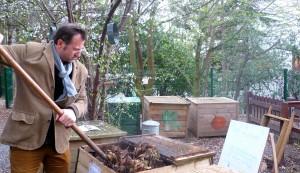 Jean-Jacques Fasquel, maître-composteur depuis 2008, dans le jardin partagé d'un immeuble du XIIe arrondissement
