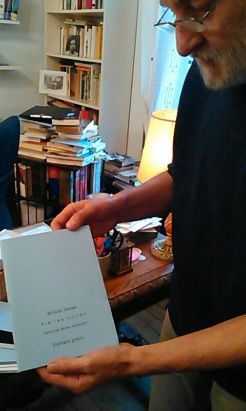 Michel Volkovitch et l'un de ses premiers Carnets grecs (Photo Roxane Duboz)