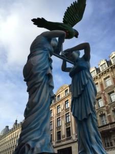 """Le long de la Rue Faidherbe,  où la nouvelle Miss française  défila en décapotable mercredi 23 décembre au matin pour rencontrer ses nombreux fans locaux, s'élèvent de hautes statues dans le cadre de la manifestation artistique """"Renaissance""""."""