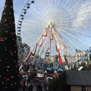 Sur la grande place de Lille, la grande roue et l'imposant sapin de Noël séduisent les passants.