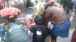 Une famille allumant des bougies