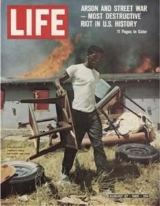 """La couverture du magazine """"Life"""" du 27 août 1965 représentant les émeutes de Watts. - Photo by LIFE"""