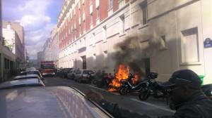 Intervention des pompiers sur une moto en flamme