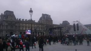 Foule au Louvre quelques minutes avant les résultats. Crédits : ParlonsInfo