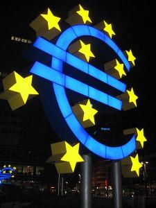 Signe Euro devant la BCE - (C) Lars Aronsson