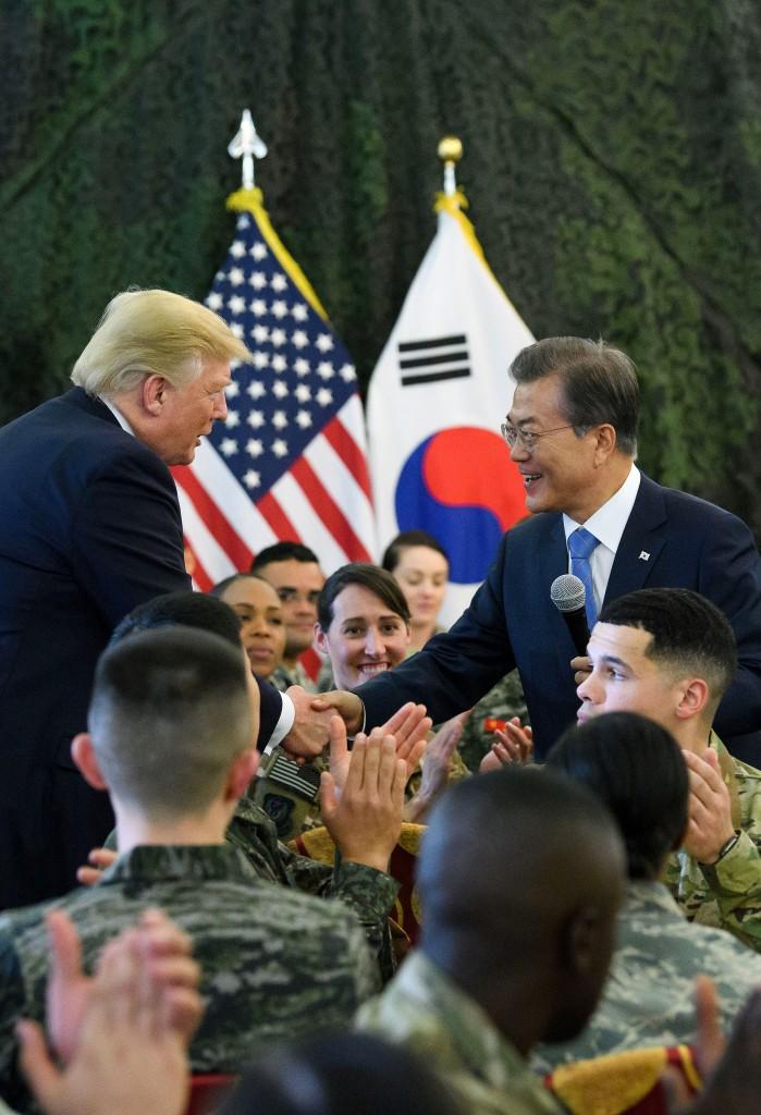 Le président sud-coréen Moon Jae-in et le président des Etats-Unis Donald Trump se serrant la main lors d'une visite au camp HumphreysAuteur : Presidential Security Service / Hyoja-dong Studio