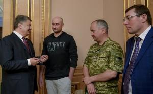 Arkadiy Babtchenko (2e à gauche) a rencontré le président ukrainien Petro Poroshenko (à gauche) - Licence CC, Administration présidentielle d'Ukraine (Wikimédia Commons)